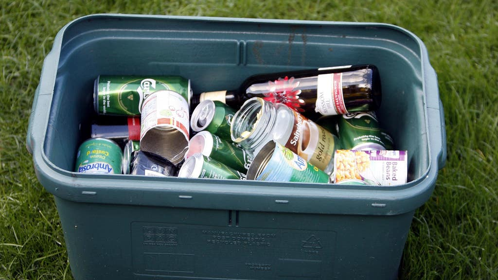 The Association for the Protection of Rural Scotland (APRS) and the Marine Conservation Society are due to bring 1085 cans and bottles to Holyrood on Thursday morning.